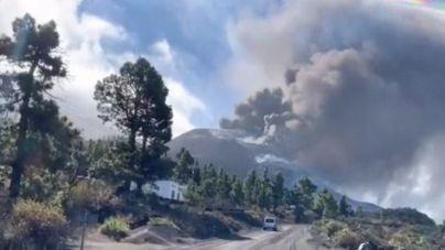 Parte del cono principal del volcán sufre un derrumbe