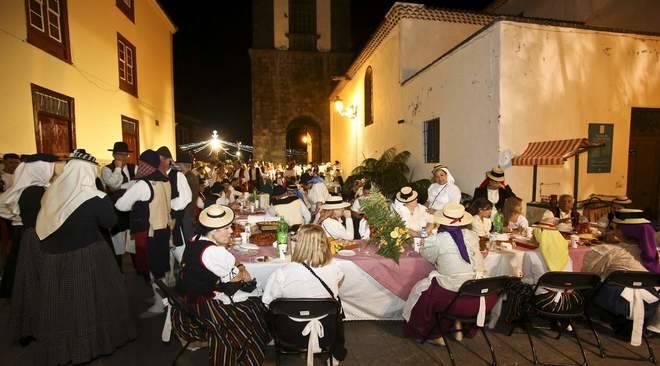 Las calles del centro de Santa Cruz se visten de folclore con el Baile de Mago