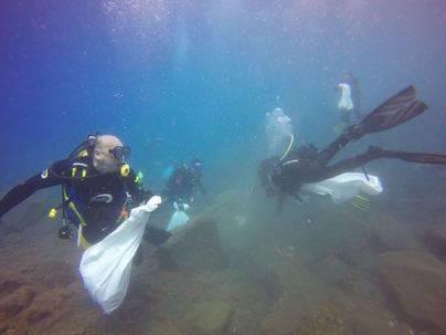 La Fundación Santa Cruz Sostenible limpia el fondo marino de la playa de Las Teresitas