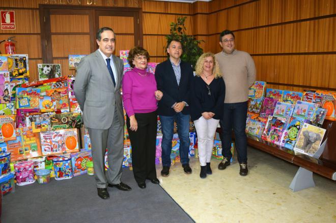 El Colegio de Abogados de Santa Cruz hace entrega de juguetes y regalos de Reyes para los niños de la ciudad