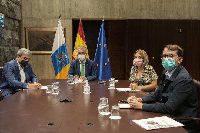 Torres y Sánchez presiden la reunión preparatoria de la Comisión Mixta que afrontará la crisis volcánica