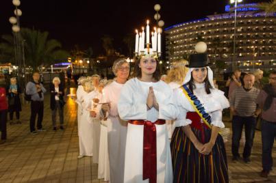 La luz ilumina a la Lucía Sueca y la Lucía Canaria
