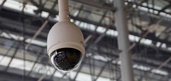 La instalación de cámaras en las aulas es una propuesta ineficaz y contraria a las libertades