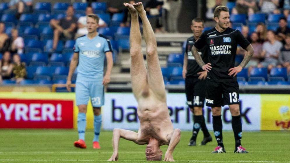 Un exjugador de la selecci�n danesa irrumpe desnudo en pleno partido