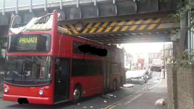 25 heridos al chocar un autobús de dos pisos contra un puente en Londres