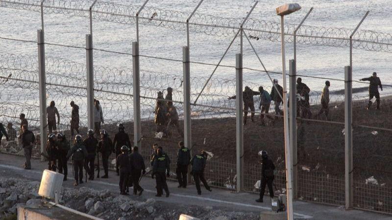 200 inmigrantes intentan entrar en Ceuta y unos 15 lo logran