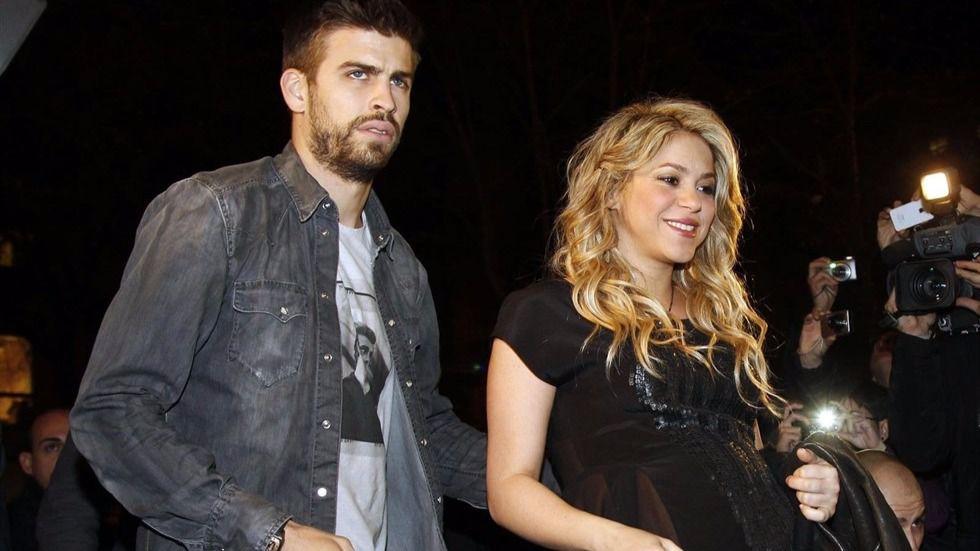 Piqué agrede a una periodista ante la pasividad de Shakira