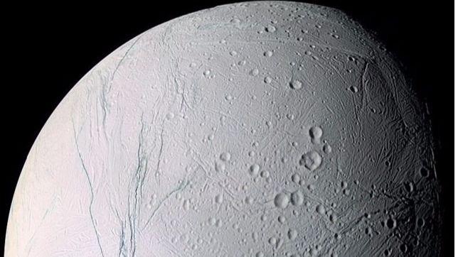 Cassini, la sonda que está estudiando Saturno y sus lunas, es la que tiene más probabilidad de producir resultados