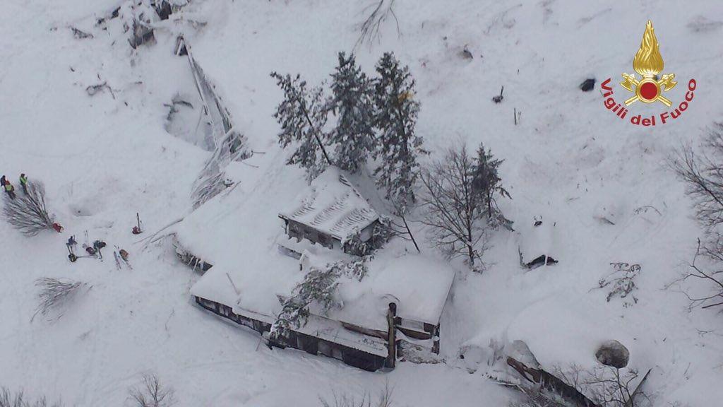 Rescatadas ocho personas en el hotel sepultado por la nieve en Italia