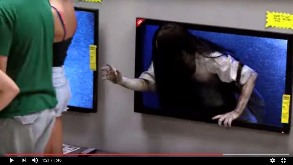 La broma de la niña de The Ring saliendo de la tele se vuelve viral en Internet