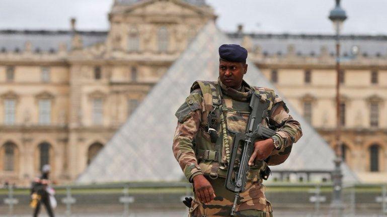 Un soldado dispara a un hombre cuando entraba al Louvre con una maleta