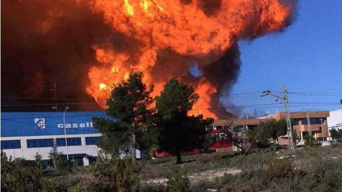 El incendio se ha extendido rápidamente y el viento complica las labores de extinción