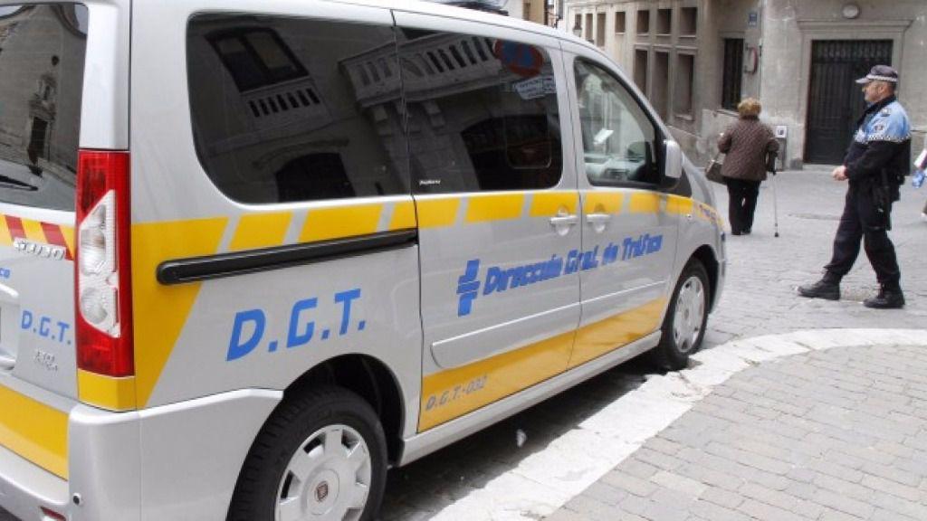 Un vehículo de la Dirección General de Tráfico durante un control (imagen de archivo)