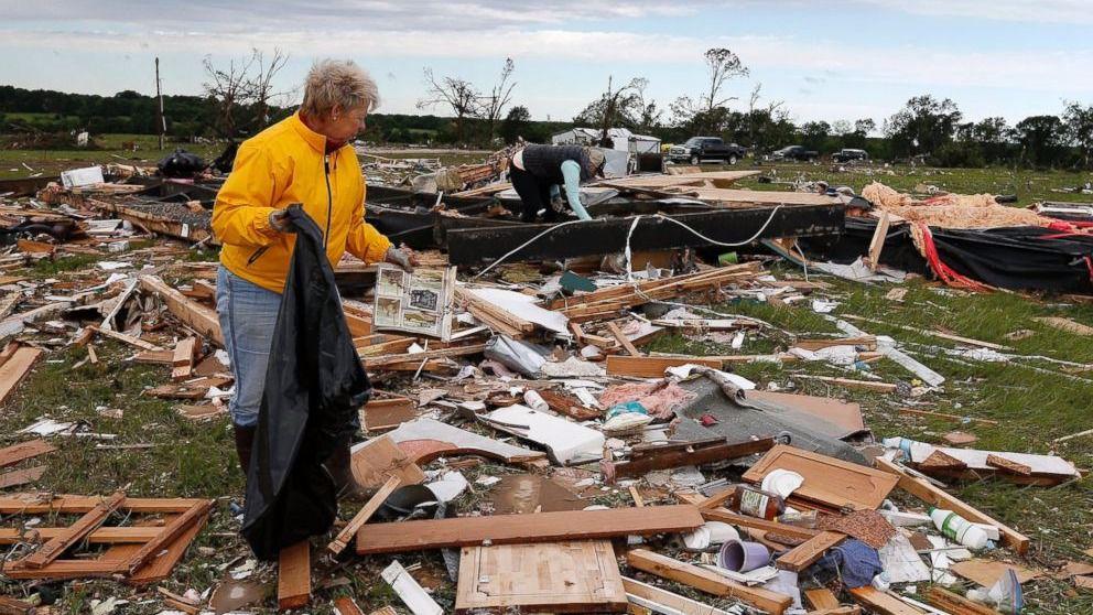 Al menos una decena de muertos por tornados e inundaciones en EEUU