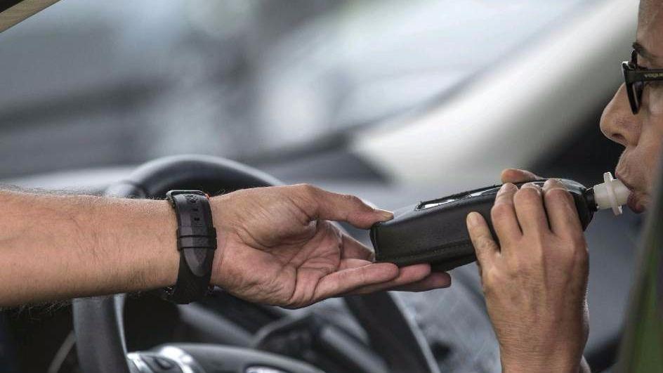 Los conductores reincidentes por alcohol y drogas perderán el carné