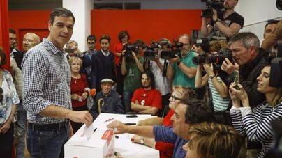 Pedro Sánchez depositando el voto