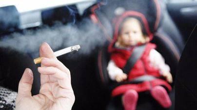 Los colegios de médicos proponen que se prohiba fumar en los coches donde viajen niños y embarazadas