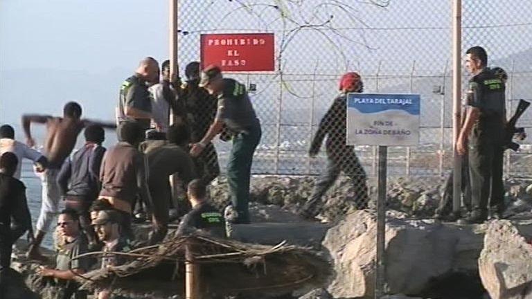 67 inmigrantes entran en Ceuta tras un asalto masivo a la valla fronteriza