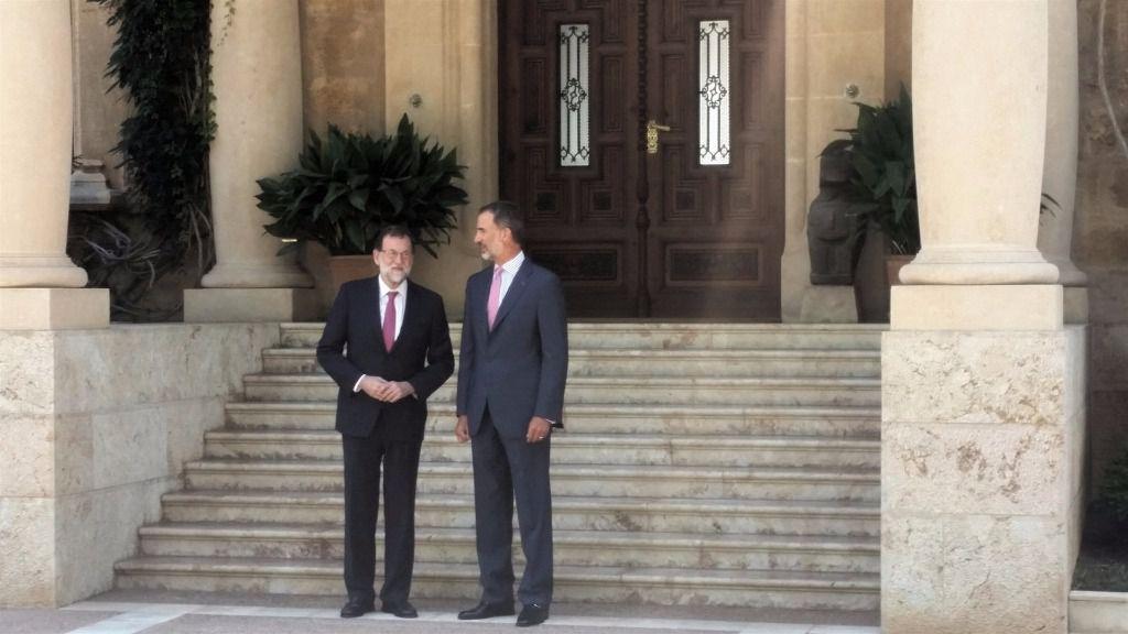 El Rey ha recibido a Rajoy a la puerta de Marivent