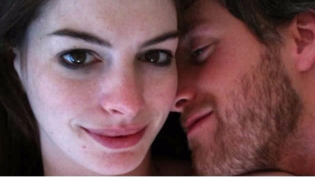 Roban fotos íntimas de la actriz Anne Hathaway y las suben a una web porno