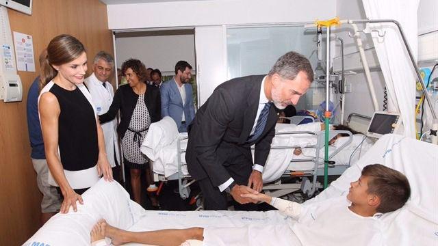 Los Reyes visitan a los heridos de los atentados en el Hospital del Mar