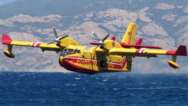 Un hidroavión se estrella contra un barco turístico durante un despegue