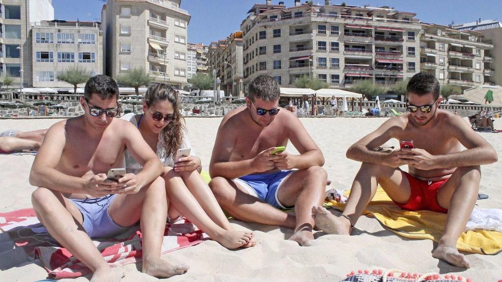 El 69 % de los españoles no desconecta de las redes sociales en vacaciones
