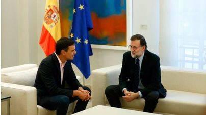 Sánchez exige a Rajoy que negocie con Puigdemont y Rivera, que active el 155