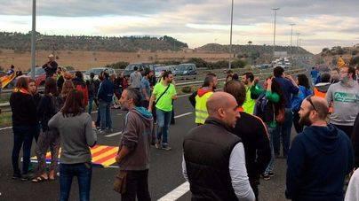 La huelga general en Cataluña arranca con cortes de carreteras y autopistas