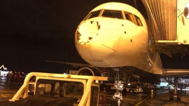 El avión de los Thunder de Abrines, golpeado por un objeto no identificado