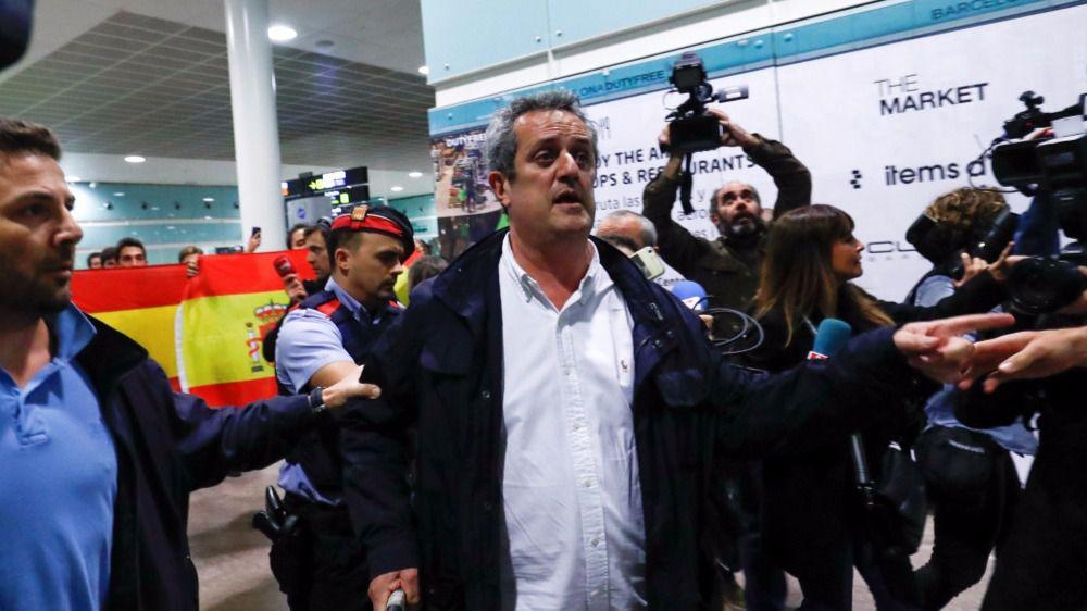 Dos exconsellers regresan a Barcelona y un grupo les recibe con gritos de 'a prisión'