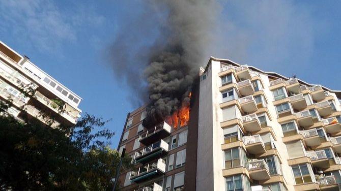 Un muerto y un herido grave en un incendio en un bloque en el centro de Barcelona