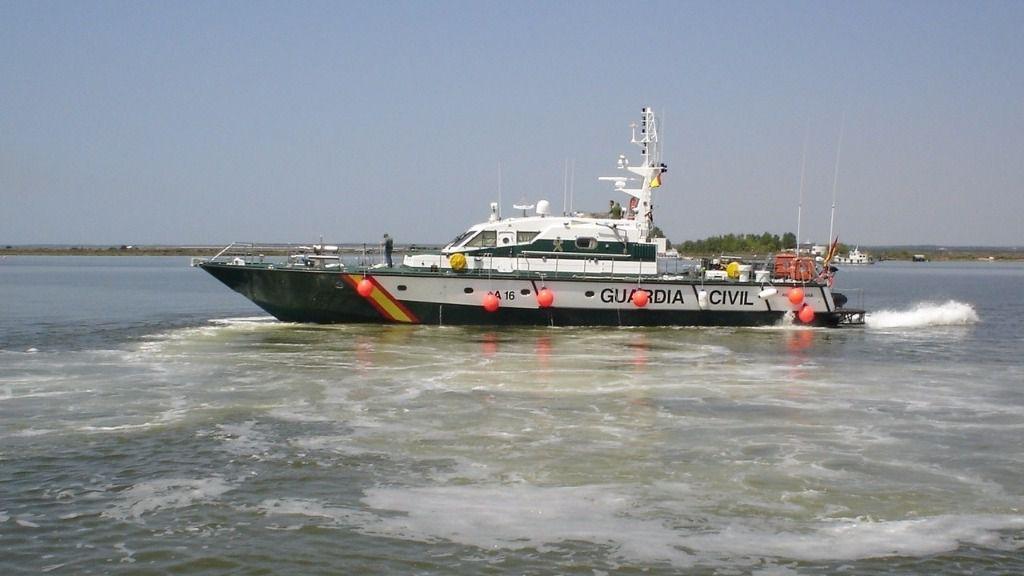 Rescatado al llegar a Ceuta remando sobre una tabla