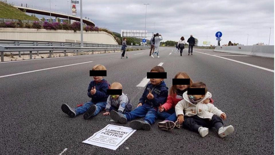 Una foto de bebés cortando la autopista de Mataró incendia las redes sociales