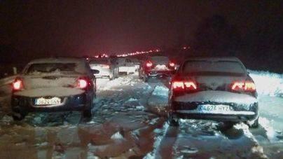 El Ejército rescata a miles de personas atrapadas por la nieve en la AP-6 en el centro de la Península