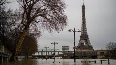 La crecida del Sena pone París en alerta y obliga a cerrar parte del Louvre
