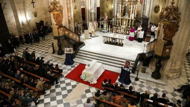 Miles de personas arropan a los padres del niño Gabriel Cruz en el funeral