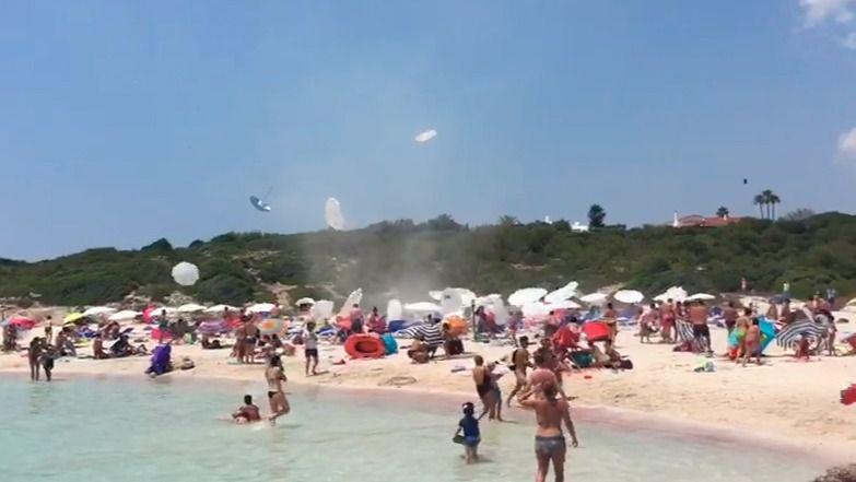 Susto en una playa de Menorca: sombrillas por los aires por un remolino de viento