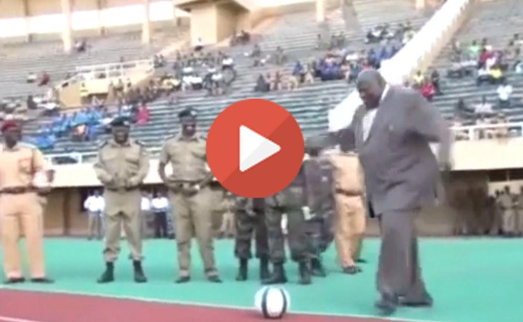 El vicepresidente de Uganda lo peta en Internet chutando un balón nivel Oliver y Benji