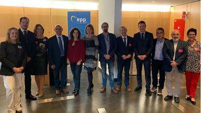 Rosa Estaràs y Carlos Iturgaiz, con los discapacitados en el Parlamento Europeo