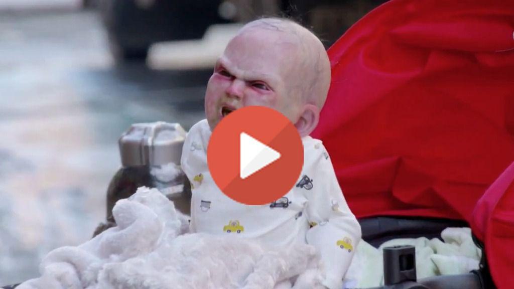 Escupe babas, grita y aterra a la población: un bebé diabólico vaga por Nueva York en Halloween