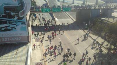 Cierran la frontera de EEUU en Tijuana tras enfrentamientos con gases lacrimógenos