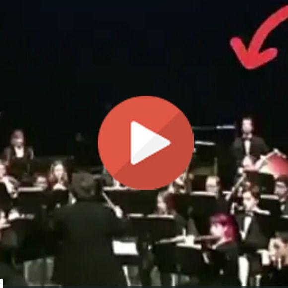 El hombre del tambor la lía parda en plena sinfonía