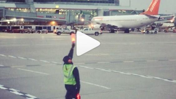Un señalero del aeropuerto de Toronto se pone a bailar en medio de la pista