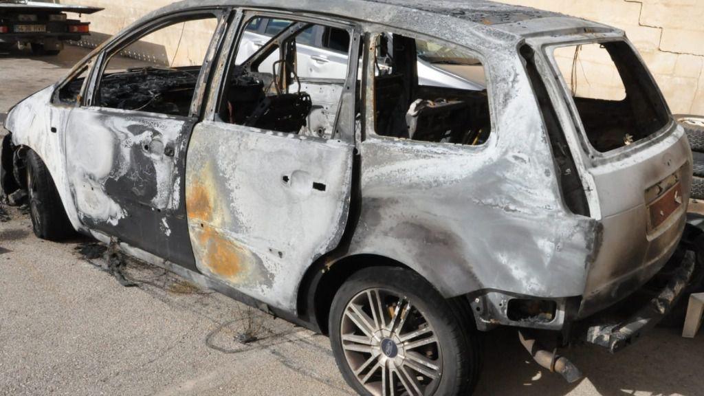 Una mujer quema el coche con su pareja dentro tras ser agredida