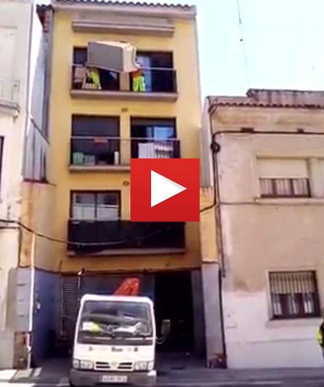 """Vídeo viral """"¿Por las escaleras? Que va, bajamos el sofá por el balcón"""""""