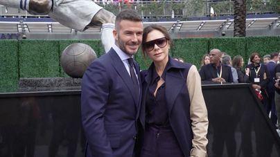 Beckham recibe una estatua honorífica acompañado de su mujer