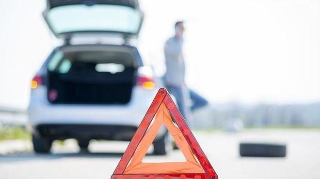 La DGT prevé que los coches lleven señales luminosas en vez de los triángulos