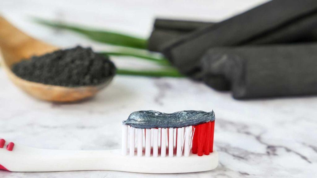 OCU alerta de los riesgos de blanquear los dientes con carbón activado
