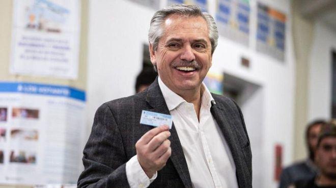El opositor ganador de las elecciones primarias de Argentina tacha a Bolsonaro de 'racista, misógino y violento'